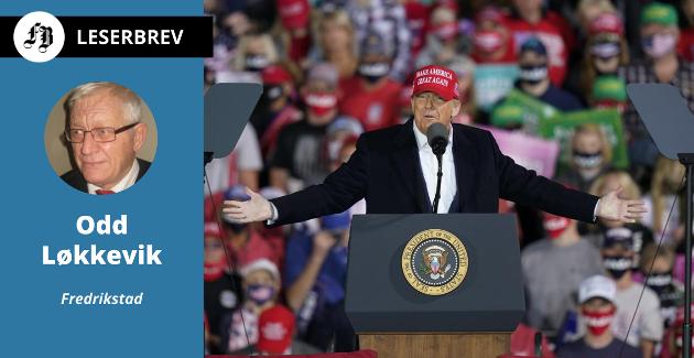 President Donald Trump taler under valgkampmøte ved Des Moines International Airport i Iowa  onsdag.   –  Han slutter ofte sine taler med: «God bless you all» and «Thank God for America», heter det i Løkkeviks innlegg.