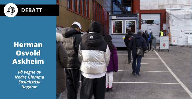 –  Det er ikke så enkelt som at innvandrere «ikke bryr seg om influensapandemien», heter det i innlegget. Bilde fra kø utenfor koronateststasjon på Stovner i Oslo tidligere i måneden.