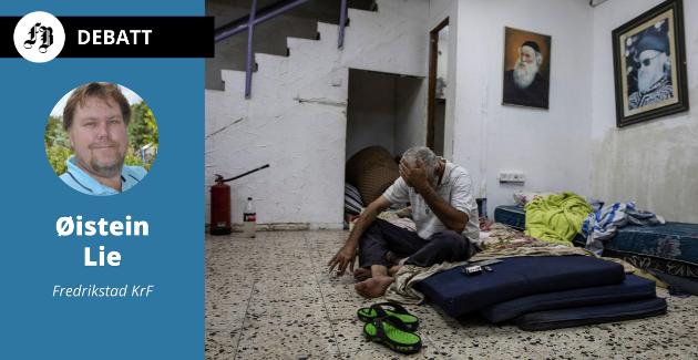 Daniel Turjman (60) hviler i et bomberom som også brukes som synagoge i Ashdod, Israel.