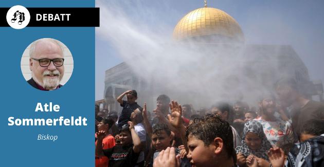 Muslimer i bønn ble spredt ved hjelp av vannkanoner utenfor den vakre Klippedomen, på området som har navnet etter Al Aqsa-moskeen i Jerusalem.
