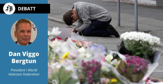 En sørgende i bønn etter attentatet mot moskeen i Christchurch på New Zealand i mars 2019.  50 mennesker ble drept og minst 50 såret.