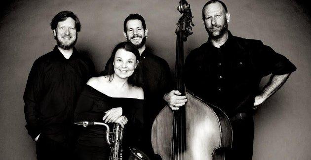 Shannon Mowday omgitt av kremlaget Helge Lien, Erik Nylander og Johannes Eick.
