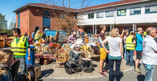 Det var mange godbiter på årets loppemarked Ås Jente- og Guttekorps hadde på Ås ungdomsskole.