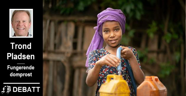 Ti år gamle Kila henter vann fra brønnen Kirkens Nødhjelp har boret i landsbyen Beseko Ilala i Etiopia.