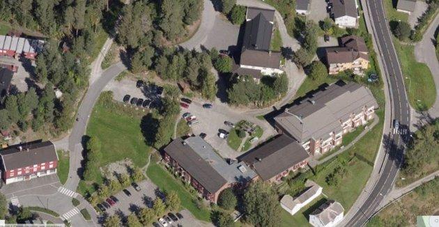 FORTETTING: Det skisseres tett bygging mellom Folkets Hus, Brannstasjon og Moelv bo for de nye sykehjemsplanene. Er det plass her, spør innsenderen.