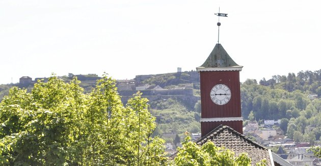 Klokka står: Jens-Erik Wielsgaard Langstrand jobber for at det blir avsatt penger til at klokka i tårnet på Rød herregård settes i stand igjen.