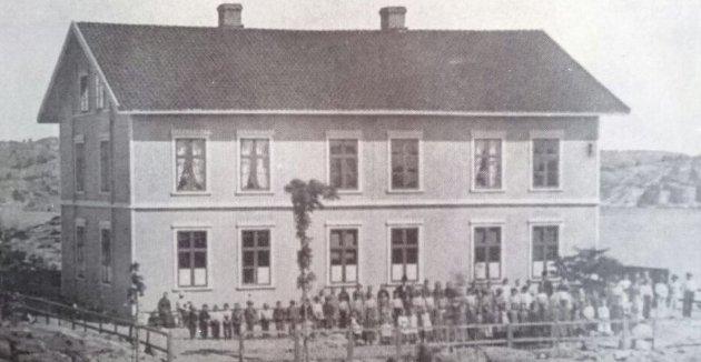 Lyngør skole: Den nåværende skole ble bygget i 1875. Bygget ble reist med innsamlede midler fra Lyngørs befolkning, skriver velet. Bildetekst