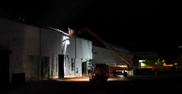 SIKRER: Brannvesenet jobbet torsdag kveld med å sikre bygget der det brant onsdag.