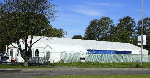 Splitter byen: Meningene om dette teltet er svært delte, men de aller, aller fleste ønsker innholdet velkommen.Foto: Steinar Ulrichsen