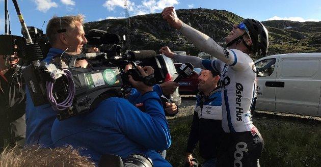 GLEDESUTBRUDDET: Her jubler August Jensen etter å ha vunnet etappen i Arctic Race. Foto: Anders Mo Hanssen/Nordlys