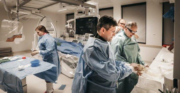 """Nordlandssykehuset behandler PCI-pasienter i """"kontortiden"""", som et dagtilbud. Her klargjøres en av de to PC-labene for undersøkelse. T.v. Anna Jojhanne Moen, Thor Trovik, Ole Johan Risvik og Michael Uchto."""