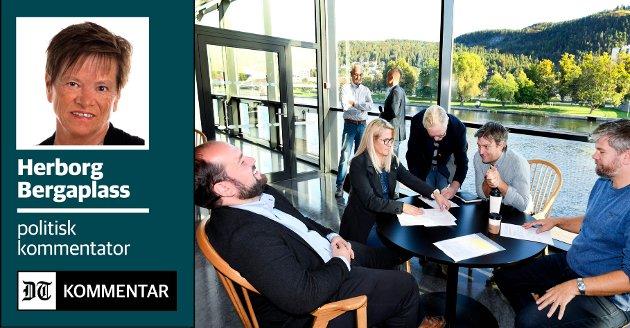 HØYTIDELIG ØYEBLIKK: SVs gruppeleder Rune Kjeldsen signerte samarbeidsavtalen på pressekonferansen da de rødgrønne erklærte at at de var enige om å ta styringen i nye Drammen. Nå vil SV redusere godtgjørelsene til politikerne, og samarbeidet settes på prøve. Felles gruppeleder for posisjonen, Simon Nordanger (t.v.) har jobben med å prøve å holde dem samlet.