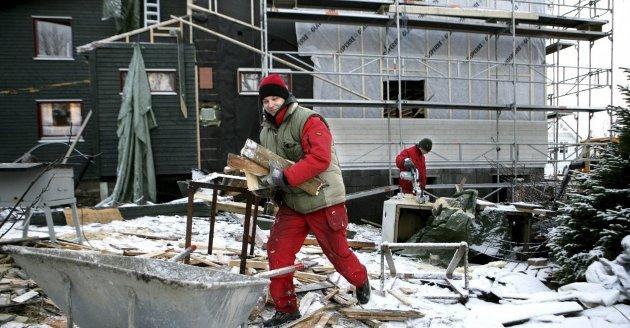 TAKK FOR ALT: Polske Wojciech i arbeid på en bolig i Tromsø. I overskuelig fremtid må vi klare oss uten sterke hender fra Øst-Europa. Det får dramatiske konsekvenser. Foto: Nordlys, arkiv