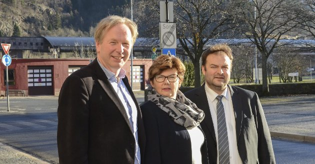 Tre blide ordførarar: Jon Larsgard (Sp), Solfrid Borge (Sp) og Roald Aga Haug (Ap) samla i Odda.