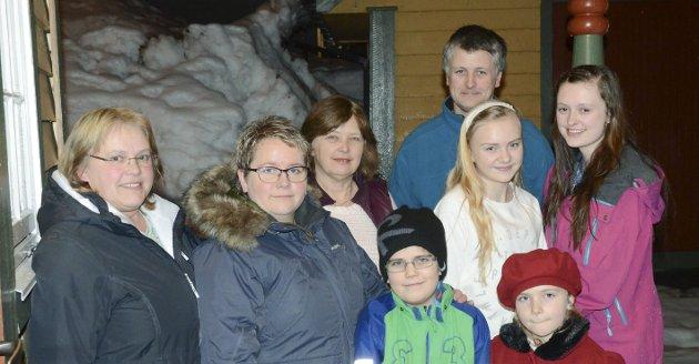 Jane Karin Paulsen (t.v.), Ingrid Dale, Reidun Sekse og Salmund Sekse (bak) er alle engasjerte i Skare Ungdomslag. Då HF møtte familien var også neste generasjon med.
