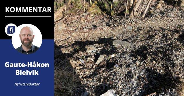 RAPPORTERTE: Fylkesmannen i Rogaland har tatt bilder av det dumpede materiale, som her i en internt rapport fra Vindafjord. I massen ligger blant annet metalldeler.