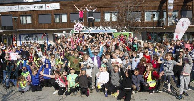 Skolesprinten 2019 ble en hinderstafett i stedet for stafett med ski på beina. Idrettsfagelevene (Vg2) ved Mosjøen videregående skole arrangerte. Robin Bryntesson og Øystein Pettersen sammen med deltakerne.