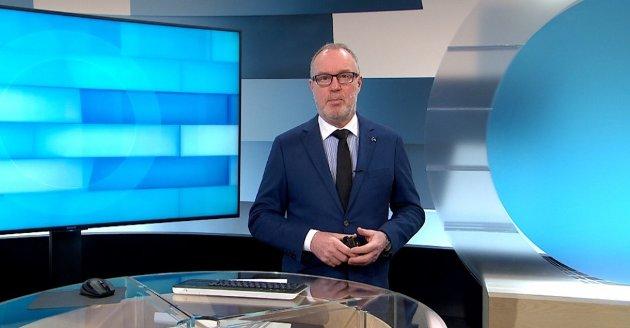 Dette er ikke en kritikk av de NRK-ansatte - det går bare ikke an å lage meningsfulle nyhetssendinger fra et så stort distrikt som Troms og Finnmark på de ynkelige minuttene som er tildelt, skriver Vigdis Bendiktsen. Bildet viser nyhetsanker Tom Søbstad i arbeid. Foto: NRK