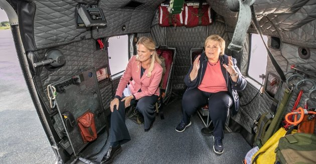 I HELIKOPTER: Samfunnssikkerhetsminister Ingvil Smines Tybring-Gjedde (Frp) og statsminister Erna Solberg i et Sea King redningshelikopter i Tromsø i august i år. Foto: Torgrim Rath Olsen