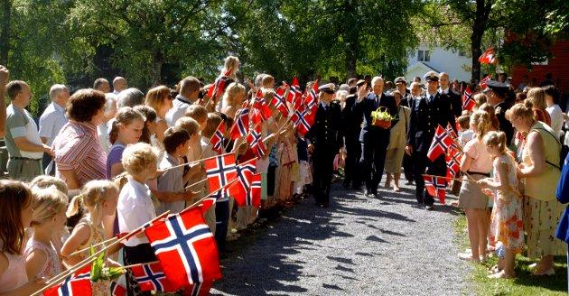 2006: Kongen kom til 850års jubileumet til Lunner kirke. Her hilser han alle framøtte barn med flagg