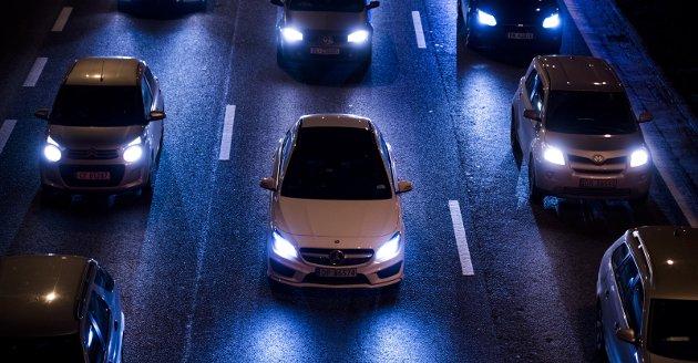 Lite treffsikker: Veibruksavgiften er lik, uansett hvor og når kjøringen foregår. Så om du bruker bilen fra Aurskog til Sørumsand, eller fra Aurskog til Oslo, betaler du samme avgift, selv om samfunnets kostnader er mye høyere på kjøreturen til Oslo, skriver innsenderen. Illustrasjonsfoto: NTB scanpix