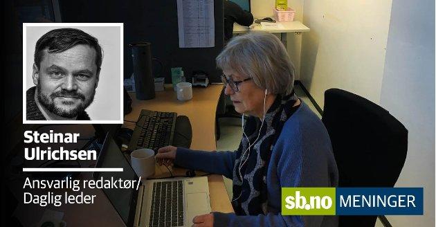 TRAVELT: Unni Nicolaysen er blant dem som betjener telefonstormen av innbyggere over 85 år som vil ha time til koronavaksine. Bak sitter Anne Marie Horntvedt. I alt var de fem - men det var ikke nok til å svare alle som ringte mandag morgen.