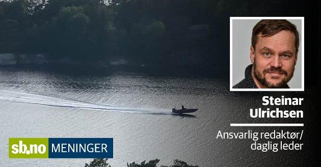 Flere hytteeiere ved Buerøya reagerer på båter og vannscootere som kjører fort gjennom sundet. Dette bildet er fra en video der en båt kjører fortere enn de tillatte fem knopene. Det er dessverre mange slike eksempler.