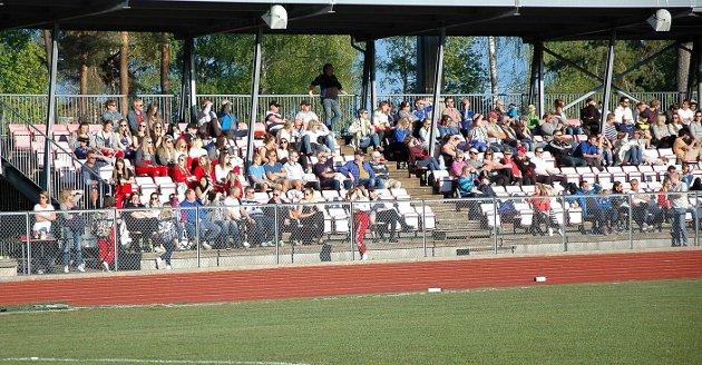 Lokaloppgjør, 16. mai 2016, Askim-Trø/Bå 4-3. MYE FOLK: Det var nesten trangt om plassen på tribunen på Askim stadion. Totalt var det omkring 250 tilskuere.