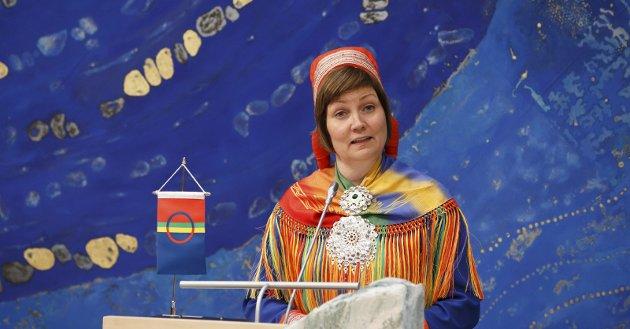 NETTHETSKOFTE: Charlotte Solli Larsen (22) fra Bjerkvik i Nordland som sydde seg en netthets-kofte (innfelt), i protest mot hatet i kommentarfeltene, men også for å vise at hun likevel er stolt av å være same, skriver Aili Keskitalo.foto: Privat