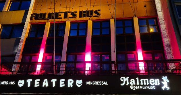 RØD ALARM: Alle landets kulturhus – også vårt eget Narvik kulturhus – ble lyst opp med blodrød farge onsdag. Markeringen var en del av #redalert-aksjonen mot at regjeringen legger ned kompensasjonsordningen for selvstendige næringsdrivende. Dette vil ramme kulturlivet spesielt. Hvilke andre bransjer lyser det rødt for nå?Foto: Frode Roaldset