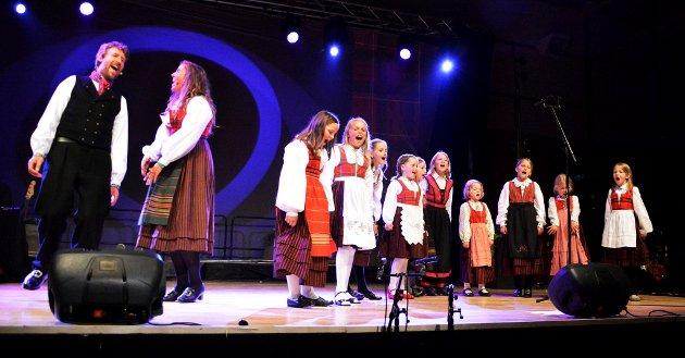 """I kveld er eg glad. Aasmund Nordstoga og Tone Jorunn Tveito saman med barnesanggruppa """"Viser og vers""""."""