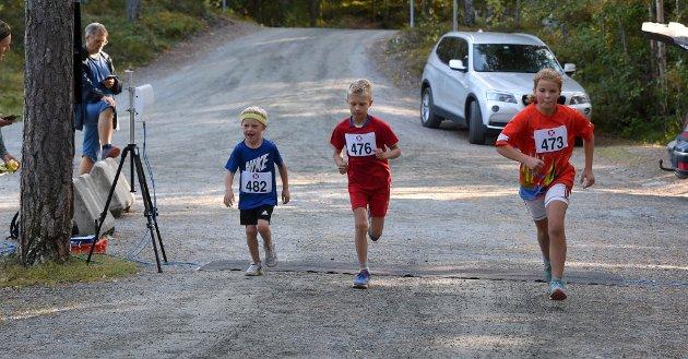 BÅNN GASS: Wille Skjelde Fosse (t.v.), Tobias Åstrøm og Christine Holt legger ut på Kjennerudvannet rundt.
