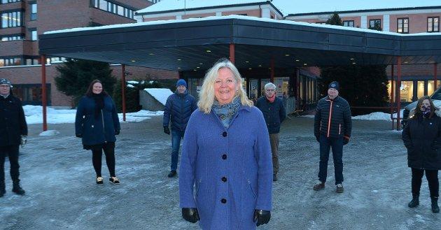 Elverum-ordfører Lillian Skjærvik (foran) sammen med Erik Sletten (Trysil), Kari Heggelund (Åsnes), Ole Erik Hørstad (Åmot), Ola Cato Lie (Våler), Even Moen (Stor-Elvdal) og Line Storsnes (Engerdal).