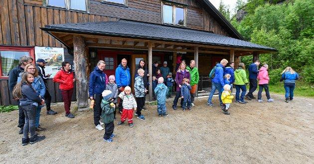 På grottetur med norske turister i Grønligrotta i Rødvassdalen.