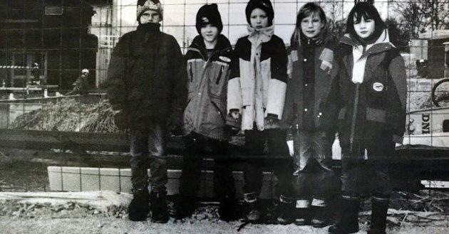 """""""Rektor har sagt hvor vi kan gå og ikke gå"""", forteller disse barna som står midt oppi anleggsområdet på Haga skole. Fra venstre: Andreas Eggar, Kim Fimland, Stian Thorbjørnsen, Anette Pedersen og Linda Braaten."""
