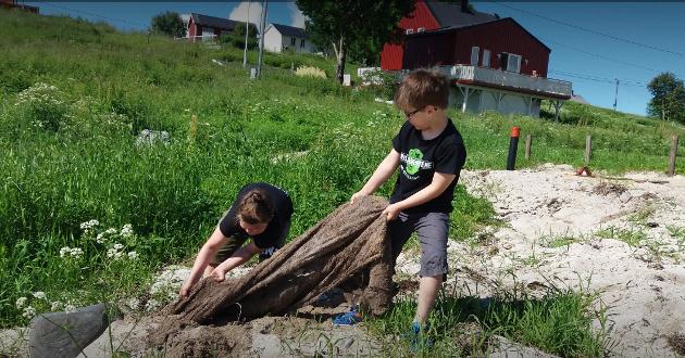 Miljøagentene Heine og Viljar ryddet strender i sommerferien