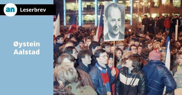 Demonstranter med et bilde av Alexander Dubcek under en demonstrasjon i Praha i 1989.