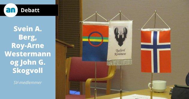 Disse flaggene stod på et bord i kommunestyresalen i Tysfjord rådhus under Samefolkets dag for få år siden. Divtasvuodna/Tysfjord var med i samisk språkforvaltningsområde i 14 år før kommunene ble tvangsdelt av Stortinget.