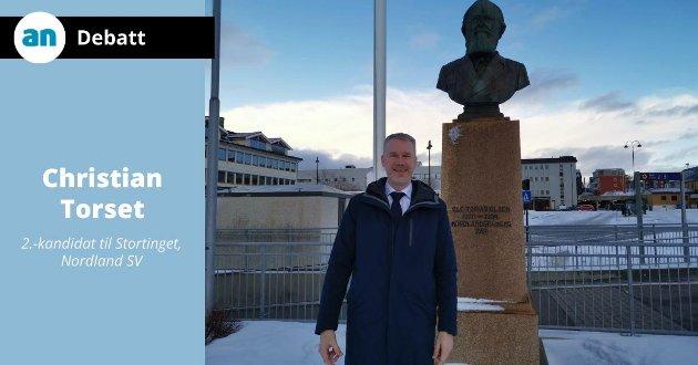 Forfatteren foran bysten av Nordlandsbanens far, Ole Tobias Olsen.