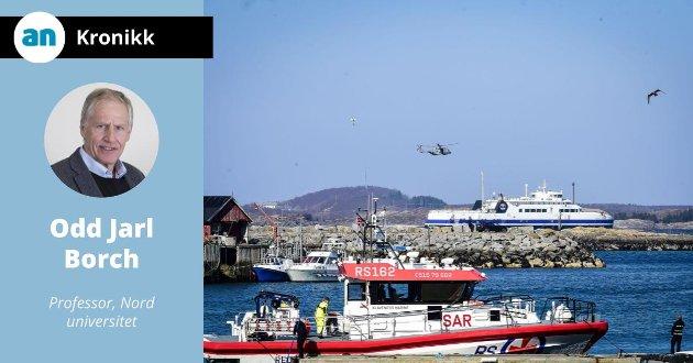 "Øvelse. Redning fra bilferga ""Værøy"" med forsvarets helikopter."