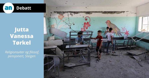 Elvene rydder klasserommet sitt etter bombeangrep i Gaza.