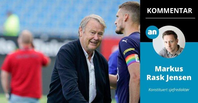 Åge Hareide og Strømsgodsets kaptein Gustav Valsvik i forbindelse med en eliteseriekamp i år, sistnevnte med regnbuefarget kapteinsbind.
