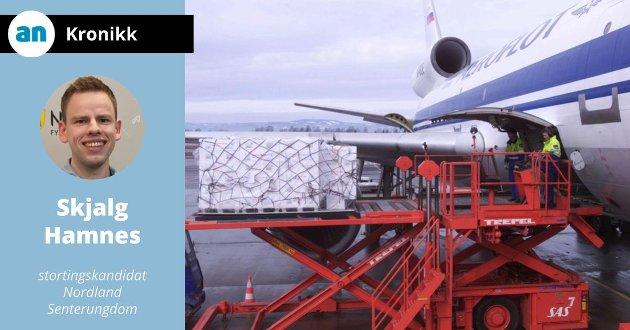 Pakker med fersk laks lastes om bord i den første DC 10-maskinen som ble tatt i bruk for å utvide flyfrakten av fersk laks til Japan.