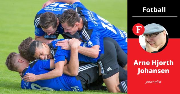 JUBEL: Vi håper vi får sjå Florø Fotball juble på denne måten mot Hødd på laurdag. Dei fortener betre enn å måtte avslutte sesongen no.