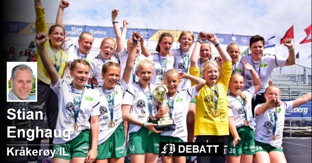Vinnere med «breddedrift»: Kråkerøy J12 hever trofeet etter 14-11 mot H71 i finalen i Partille Cup i Gøteborg i fjor. Foto: Jørn Kristoffersen