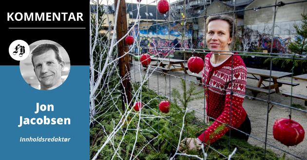Grøntforvalter Magdalena Chlosta sørger for et julepyntet Fredrikstad sentrum.