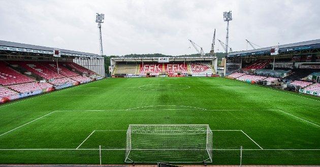 Led-lysreklamen på Fredrikstad stadion skaper merkelige lysglimt når det er mørkt, mener flere lesere.