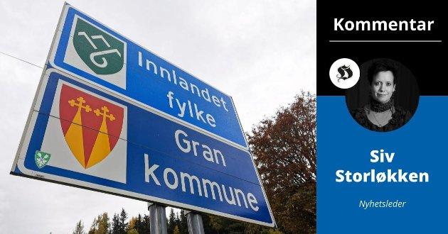 Skille: Skiltene på fylkesgrensen mellom Gran og Lunner kommune er en daglig påminnelse om at Hadeland ikke lenger er samlet i ett fylke. Legg også merke til at noen har klistret på det gamle fylkesvåpenet til Oppland. Dette er også gjort på grensen mellom Lunner og Jevnaker.