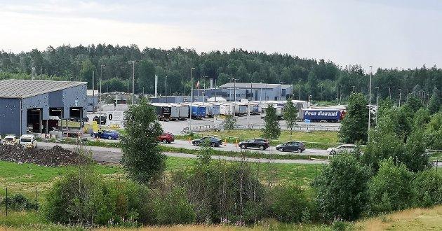 Det var kø inn mot grensekontrollen ved tollstasjonen på Svinesund man dag formiddag. To løp ble holdt åpne.