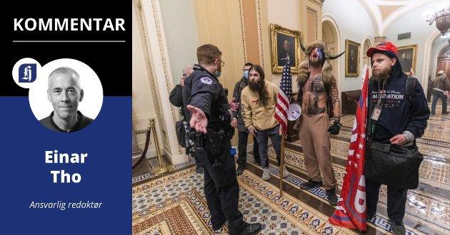 FRA EKKOKAMMER TIL KONGRESSENS KAMMER: Med vold tok trumpister seg inn i kongressbygningen på Capitol Hill i Washington D.C. Mannen med horn heter Jake Angeli og er kjent som tilhenger og spreder av QAnon-konspirasjonsteorier.